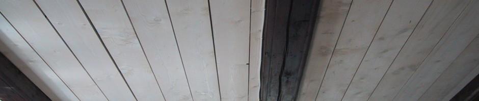 Taket isolerasds med fullfiberg och svart takpapp. Sedan spikade vi dit brädor med lite mellanrum. Dessa var sågade och jag betsade dem i vitt.
