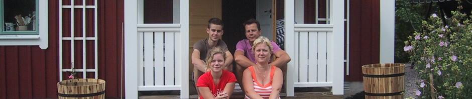 Hela familjen samlad på den färdiga verandan